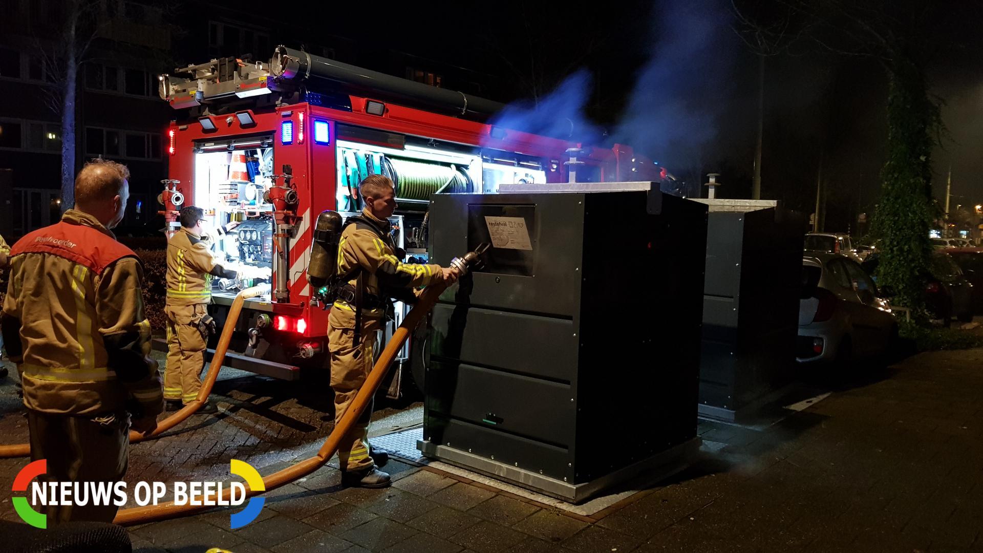 Brandweer blust brand in container Gandhilaan Delft