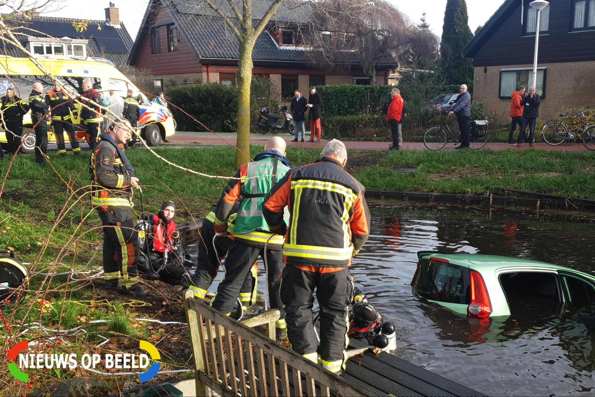 Brandweer haalt vrouw uit te water geraakte auto in Reeuwijk