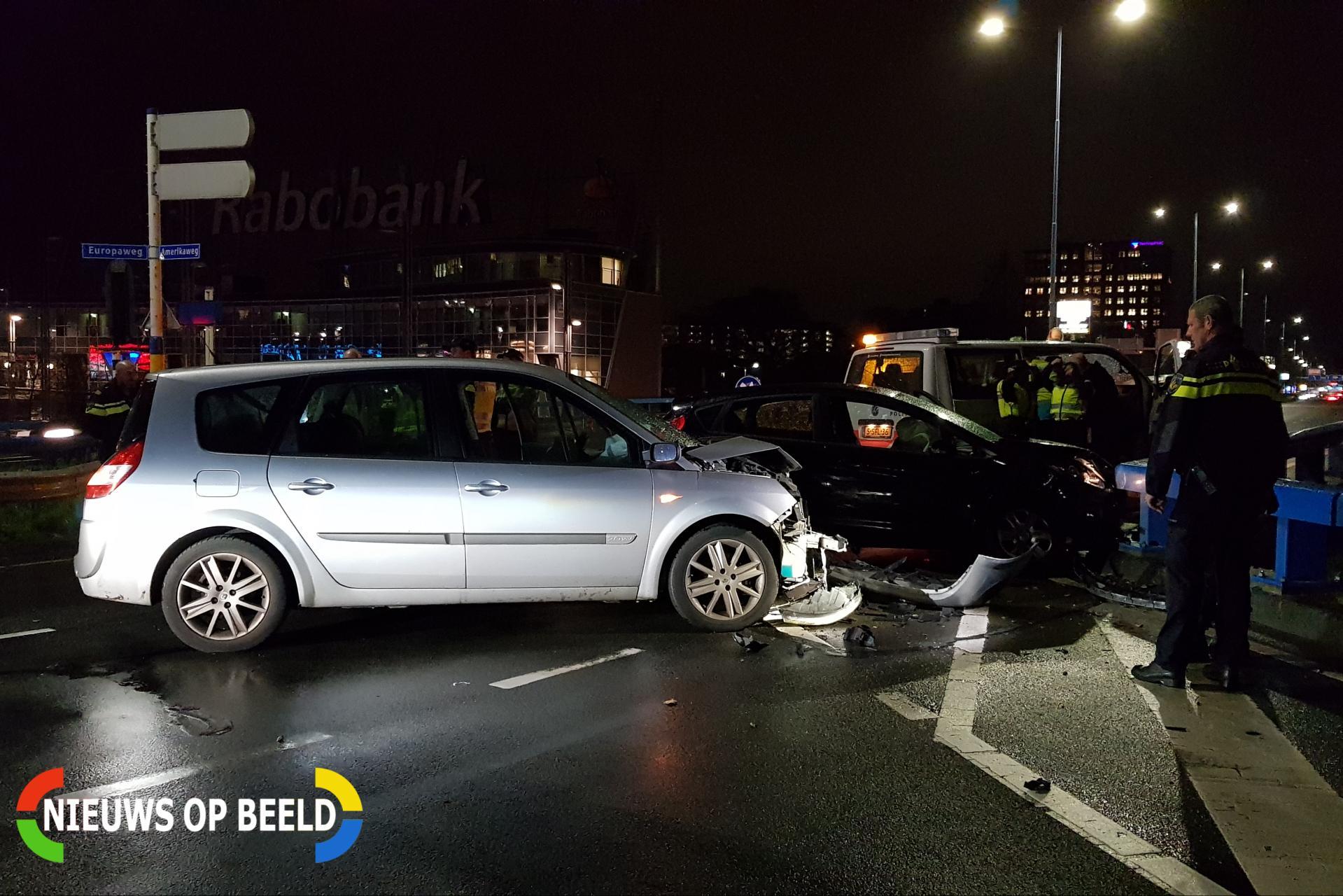 Enorme schade bij aanrijding tussen twee auto's Amerikaweg Zoetermeer