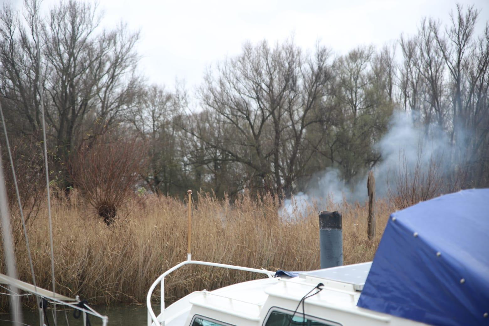 Boot in brand aan Lekdijk in Krimpen aan de Lek