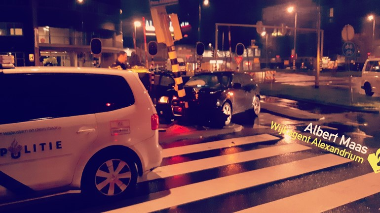 Automobilist crasht tegen lantaarnpaal en vlucht Hoofdweg Rotterdam
