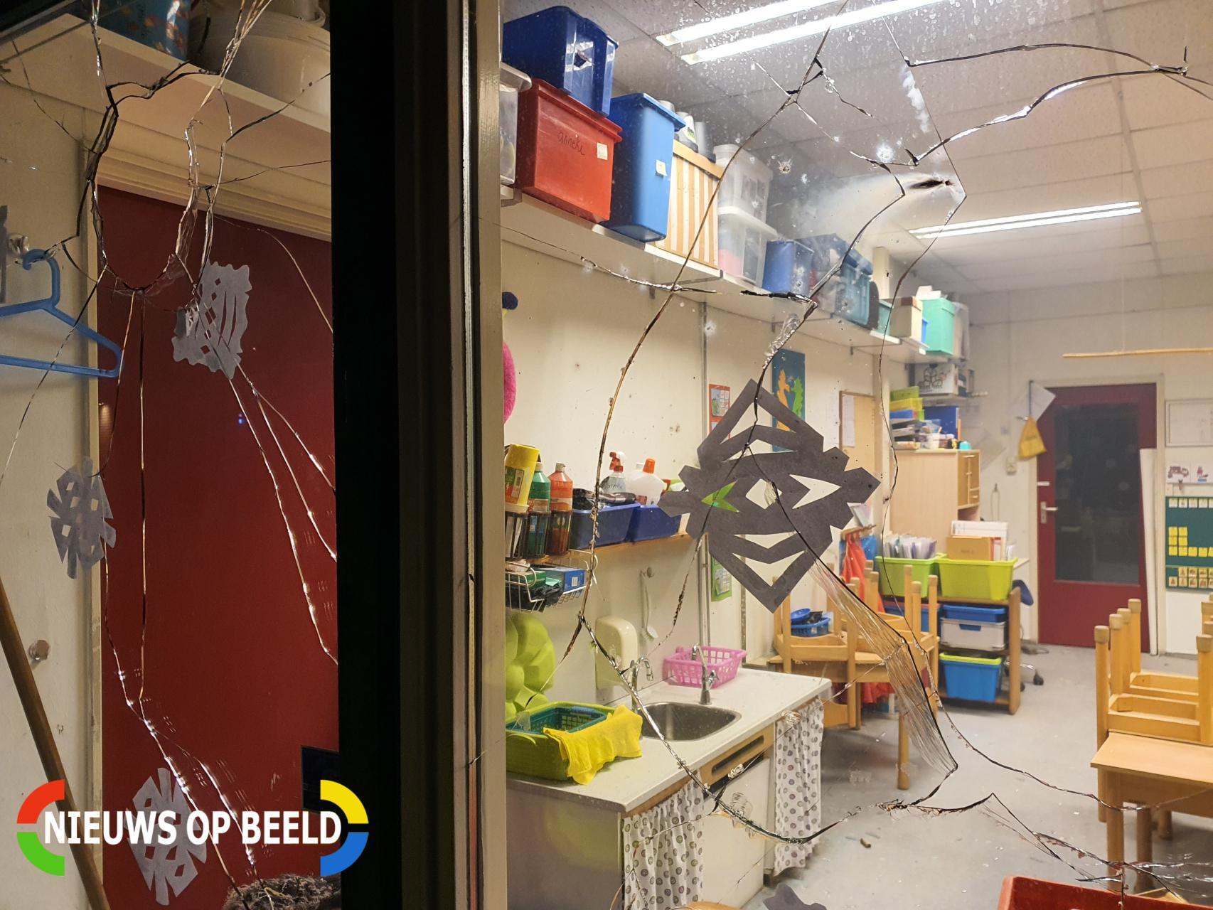 Ramen vernield door stenen en vuurwerk Fahrenheitstraat Schiedam