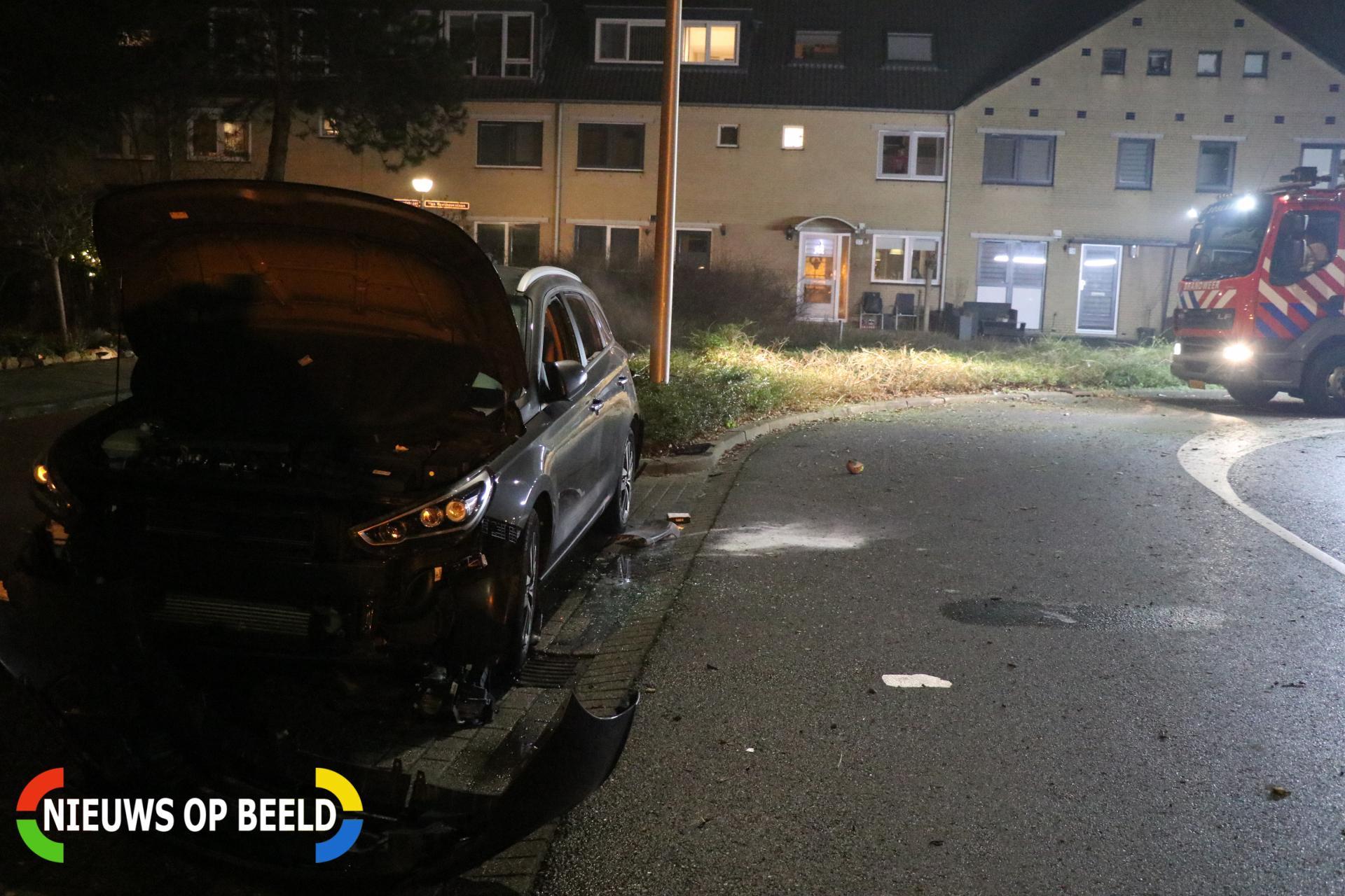 Voertuig beschadigd door vuurwerk Van Beethovenlaan Capelle aan den IJssel