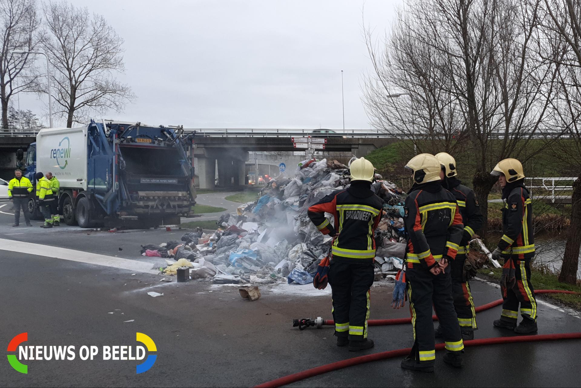 Vuilniswagen kiept smeulend afval op straat Nieuwdorperweg Reeuwijk