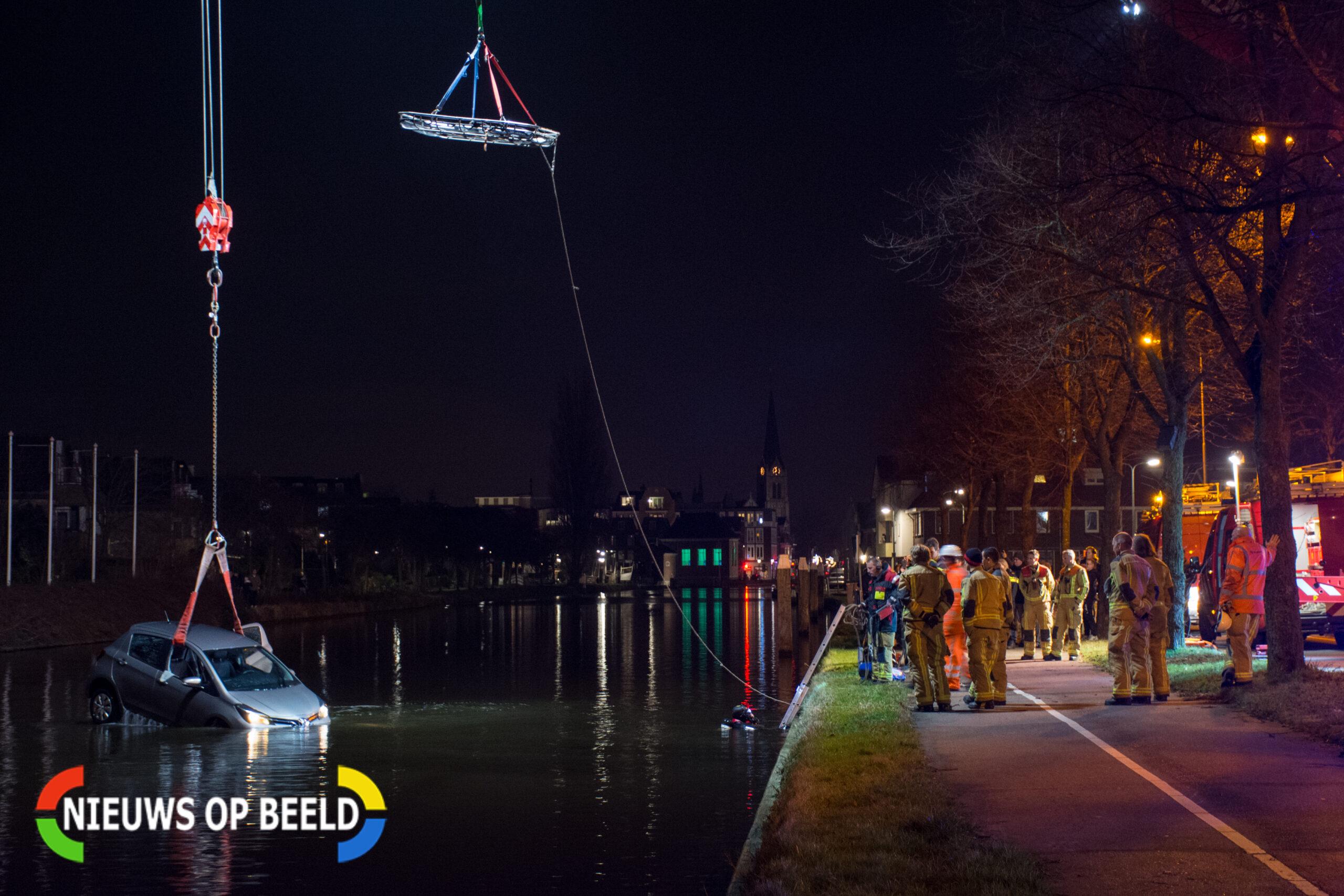 Auto te water nadat bestuurder uitwijkmanoeuvre maakt in Leidschendam
