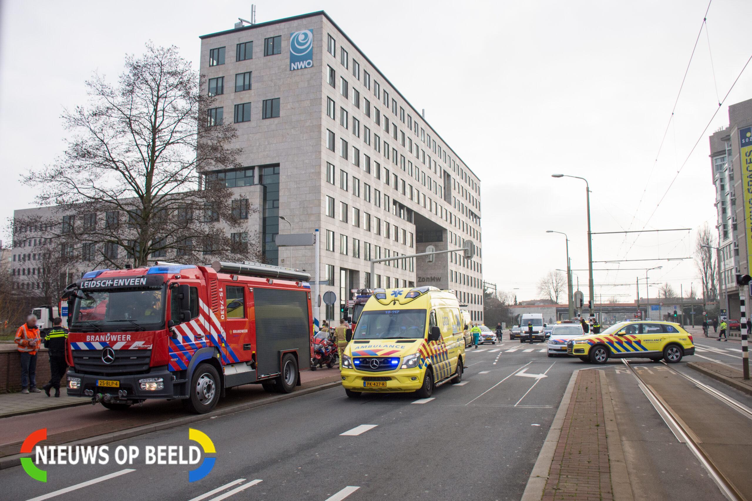 Fietsster zwaargewond na aanrijding met vrachtwagen in Den Haag