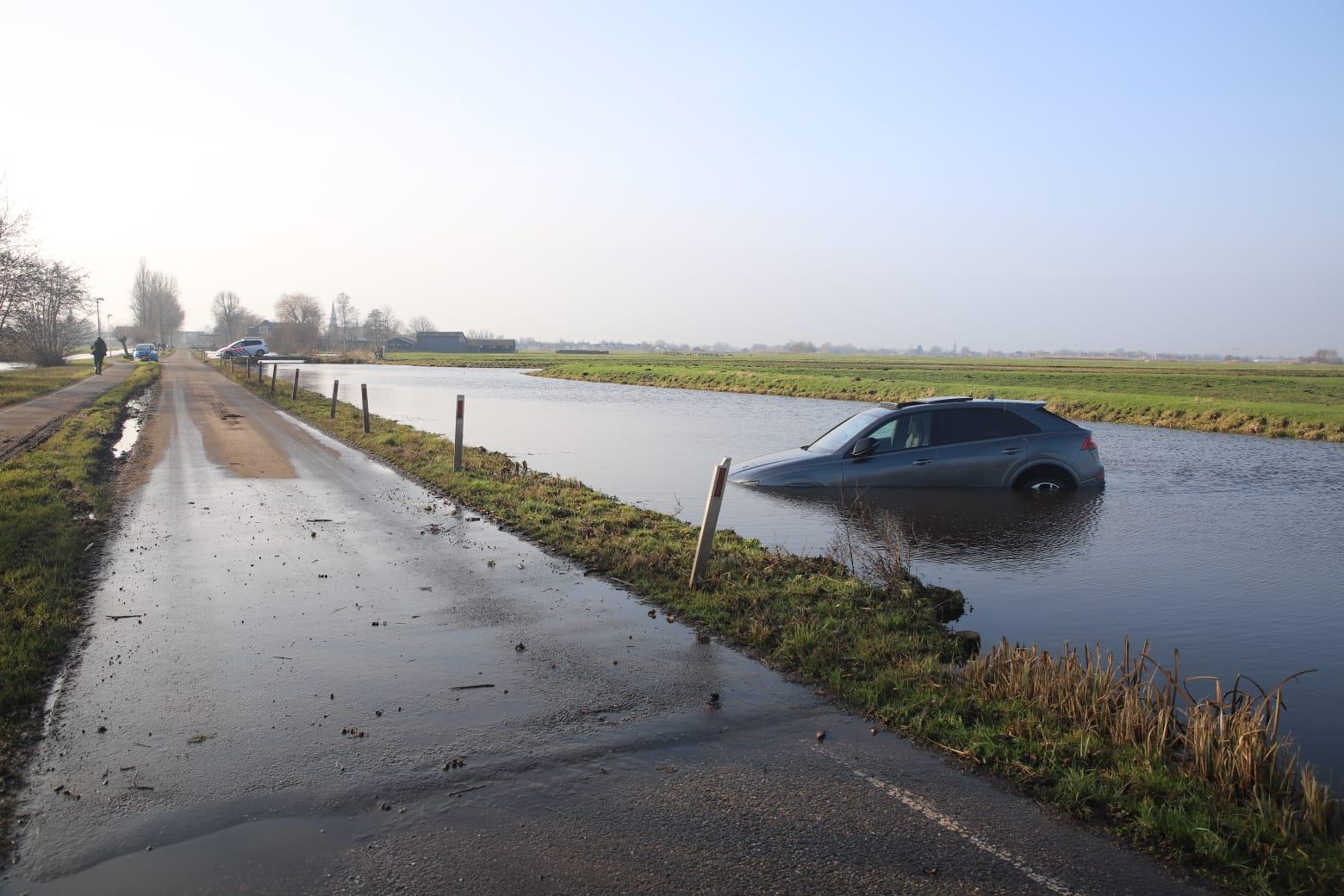 Bestuurder stuurt 20 dagen oude Audi Q8 RS van 2,5 ton het water in Reeuwijk