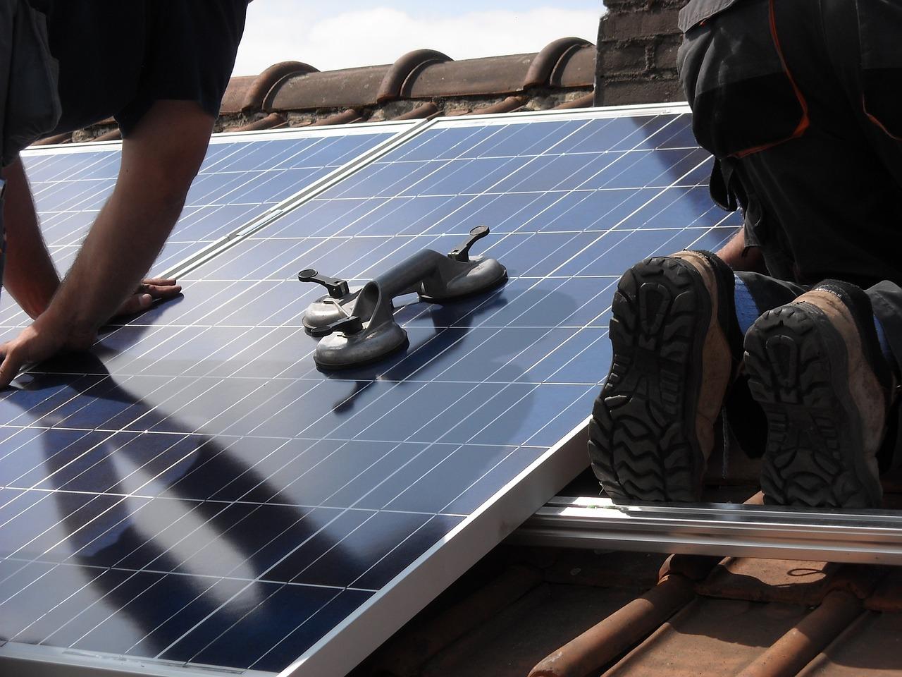 Installateur van zonnepanelen zwaargewond na val in Vlaardingen