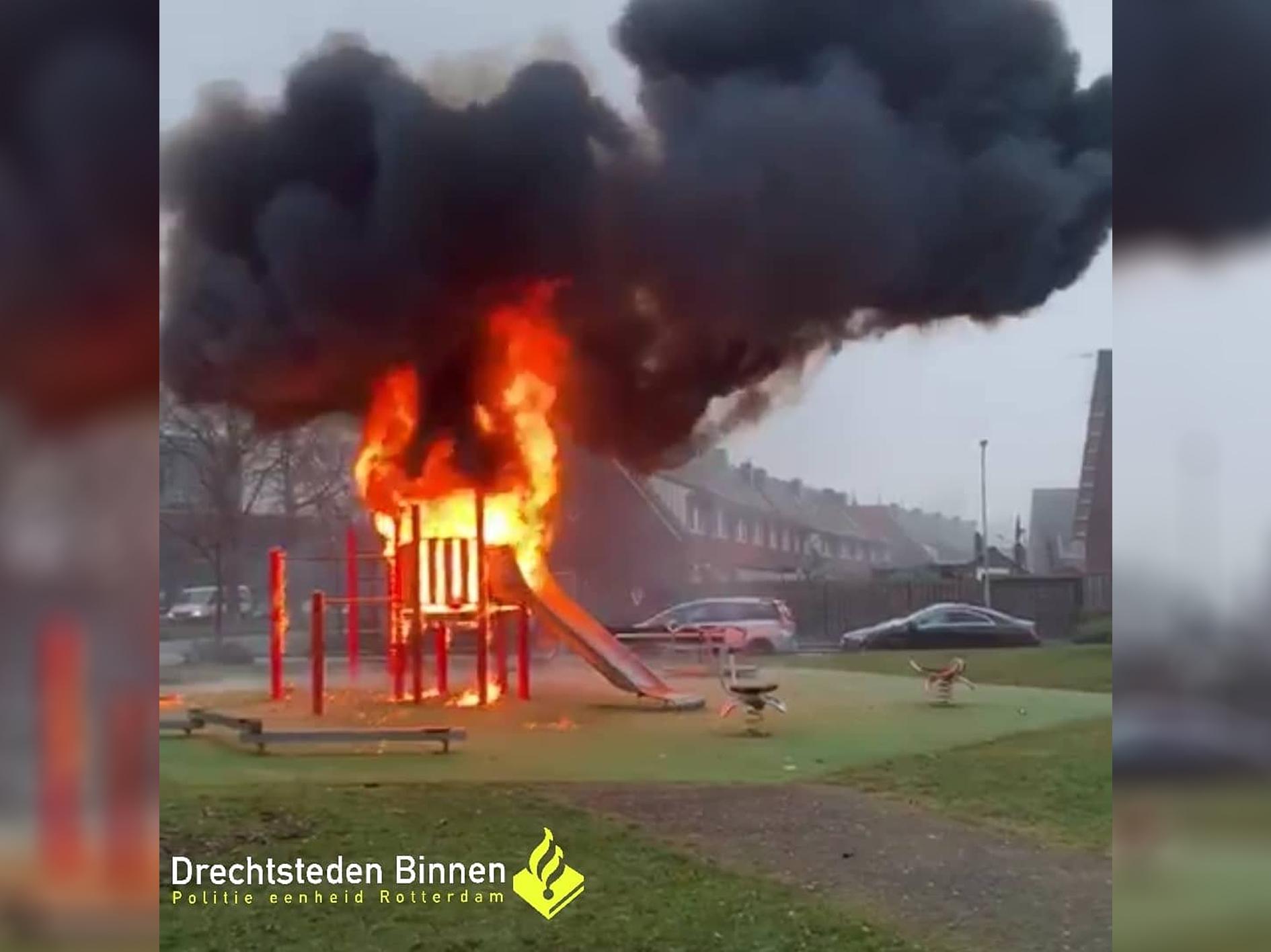Forse brandschade aan speeltoestel in Dordrecht door vuurwerkbom
