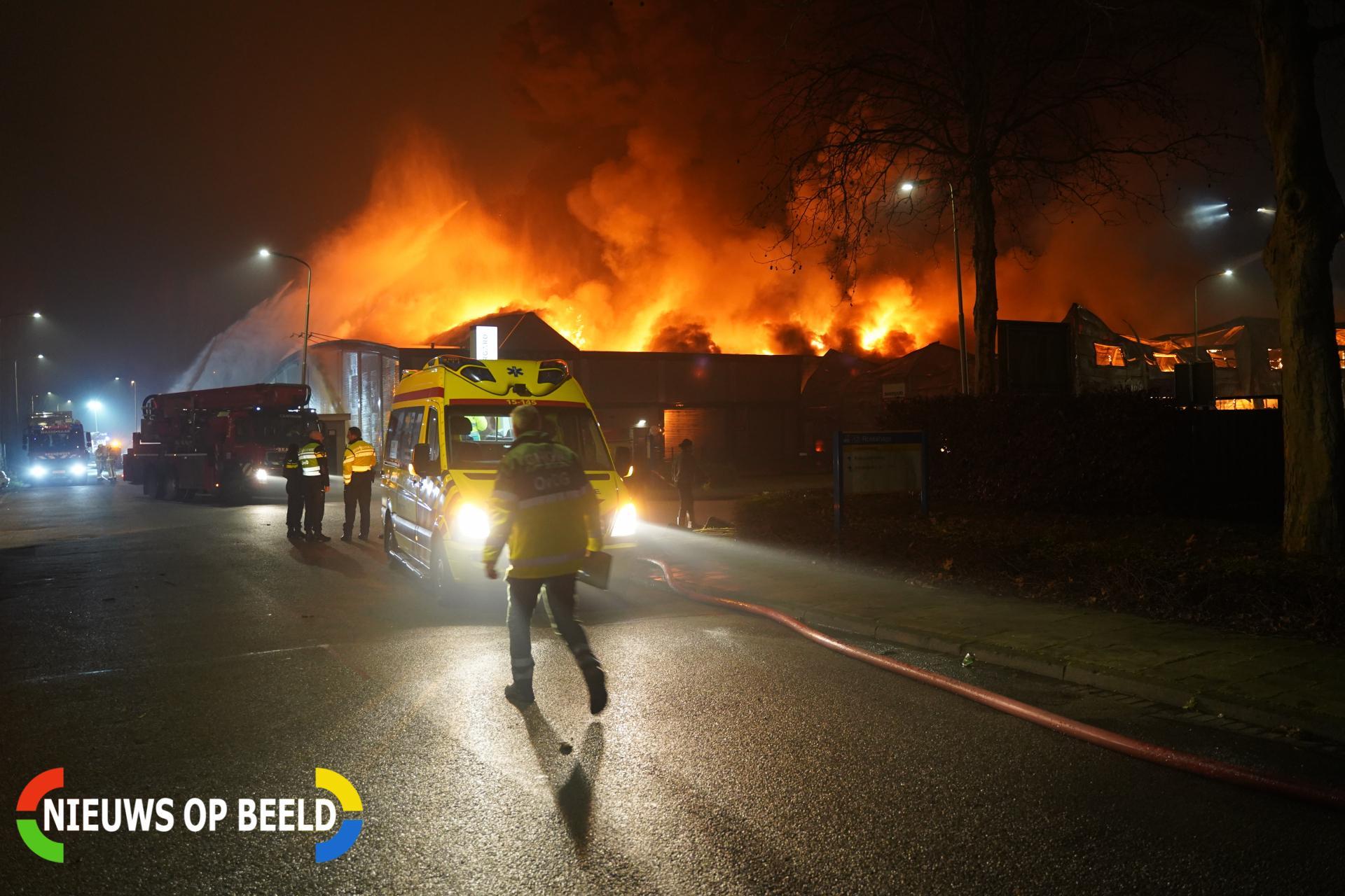 Uitslaande brand verwoest meerdere bedrijfspanden Industrieweg Zoetermeer (video)