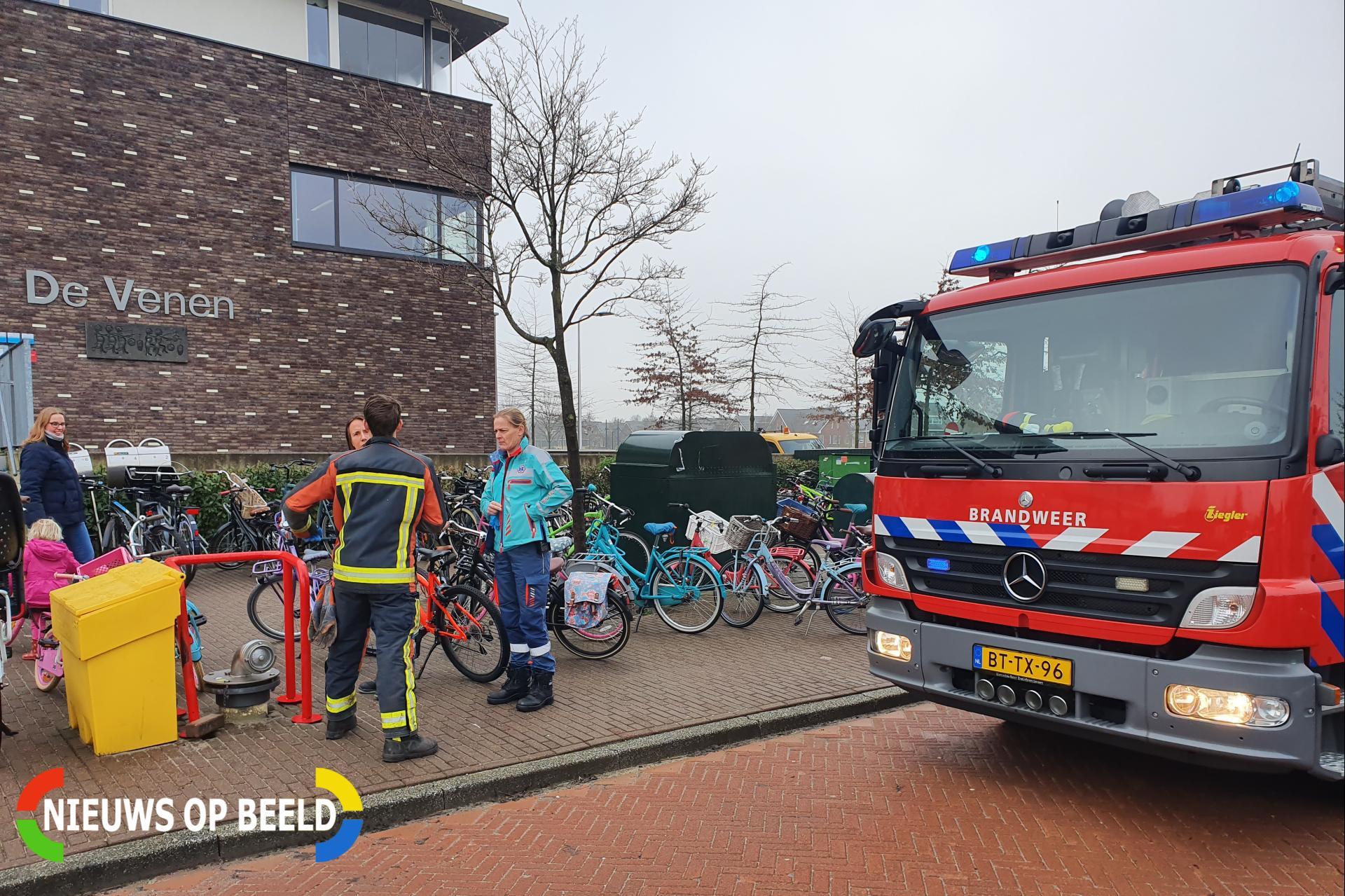 Meisje met voet klem tussen spaken van fiets Hooiweide Reeuwijk