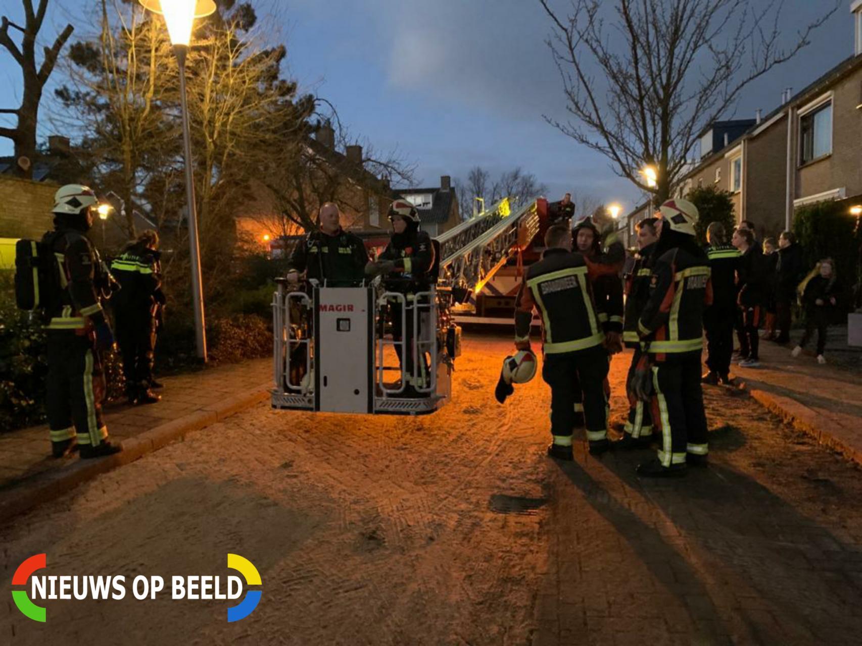 Brandweer controleert schoorsteenbrand met hoogwerker Hugo de Vriesstraat Boskoop