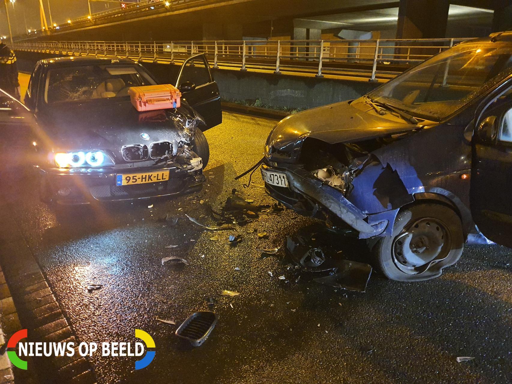 Bestuurder slaat op de vlucht na frontale aanrijding Giessenweg Rotterdam