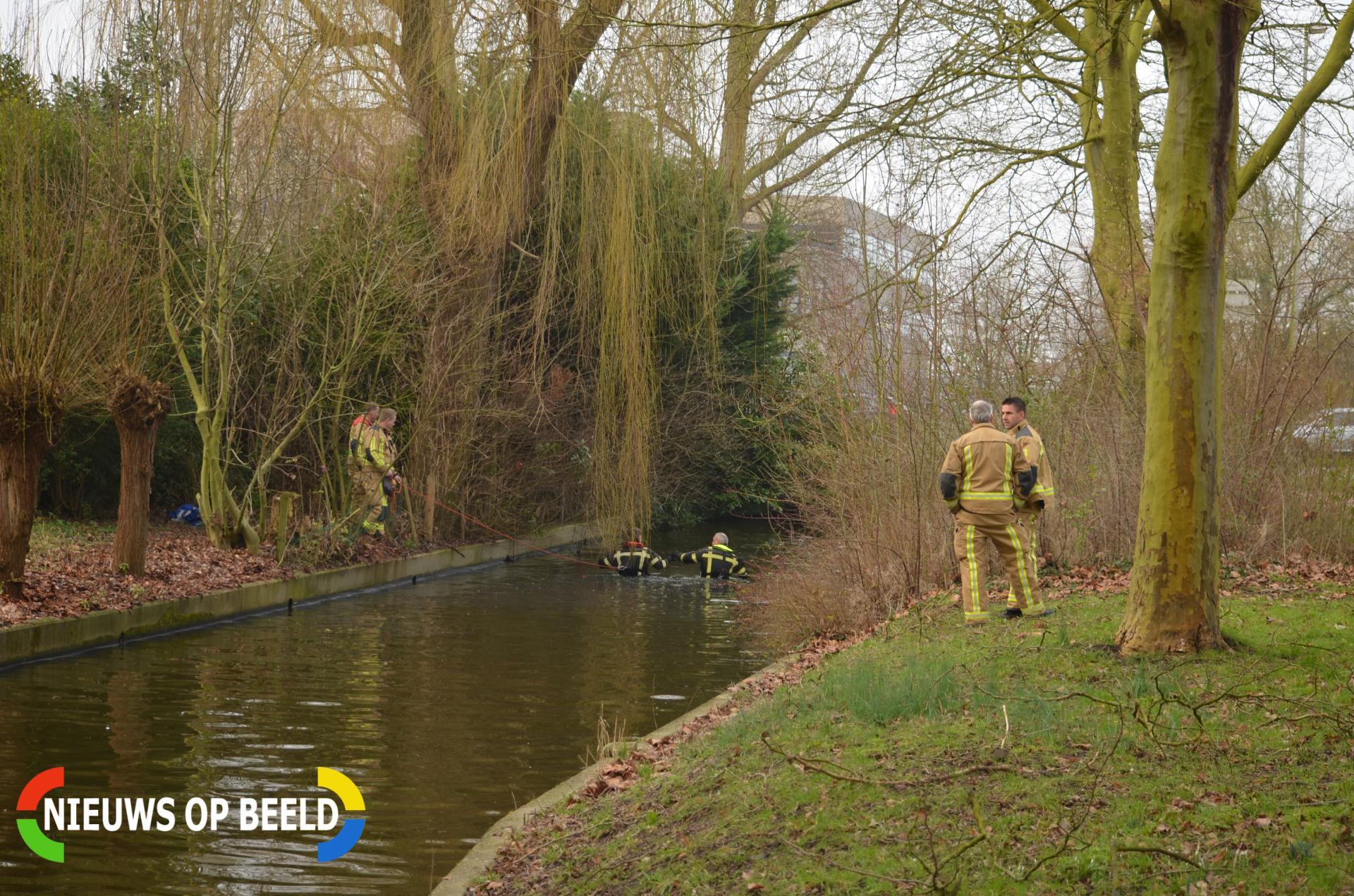 Brandweerduikers zoeken naar mogelijk persoon te water Goudenregensingel Pijnacker