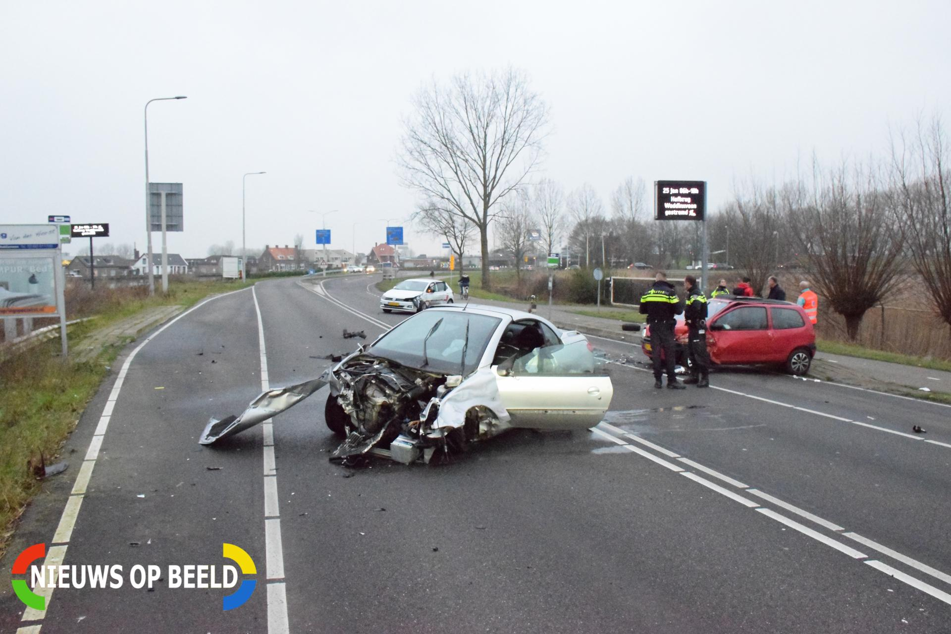 Forse schade na aanrijding tussen drie auto's Nieuwe Gouwe O.Z Gouda