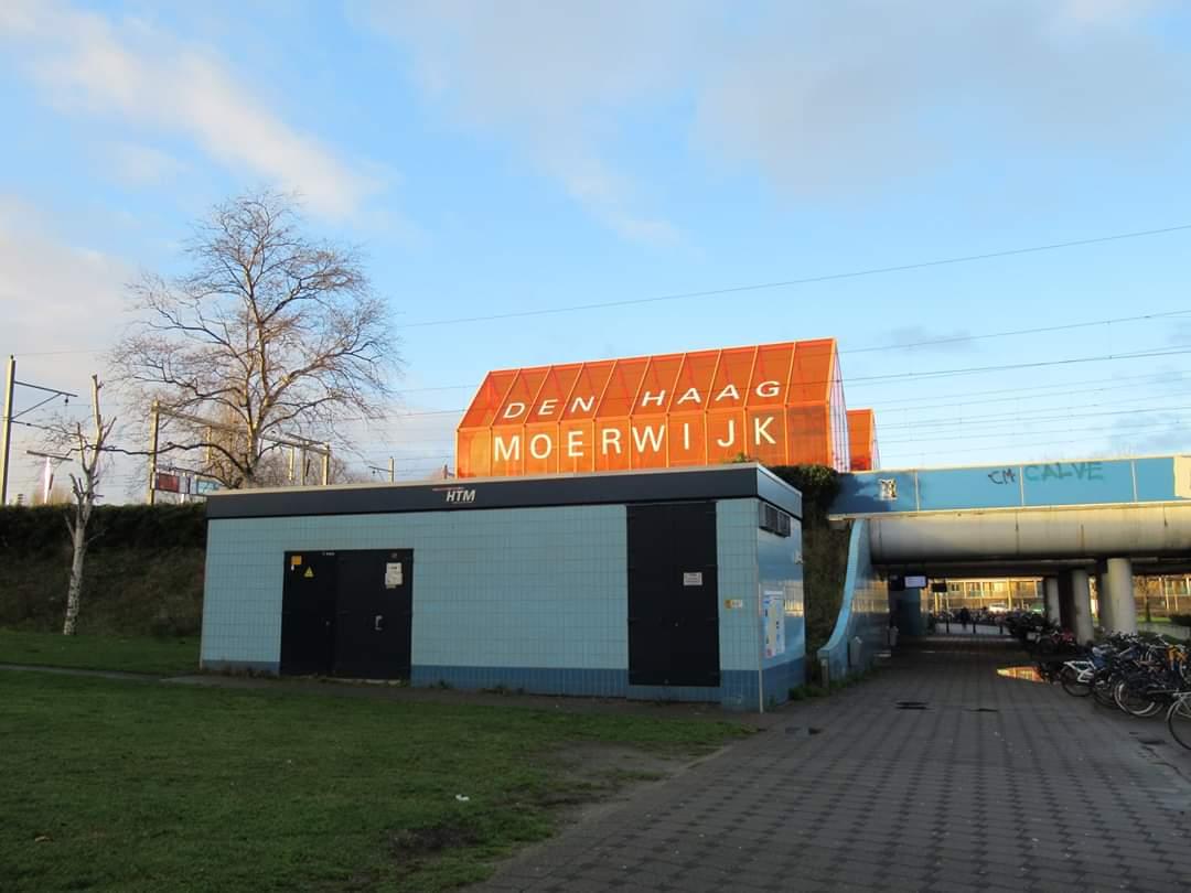 Gewonde man gevonden in het water bij station Moerwijk