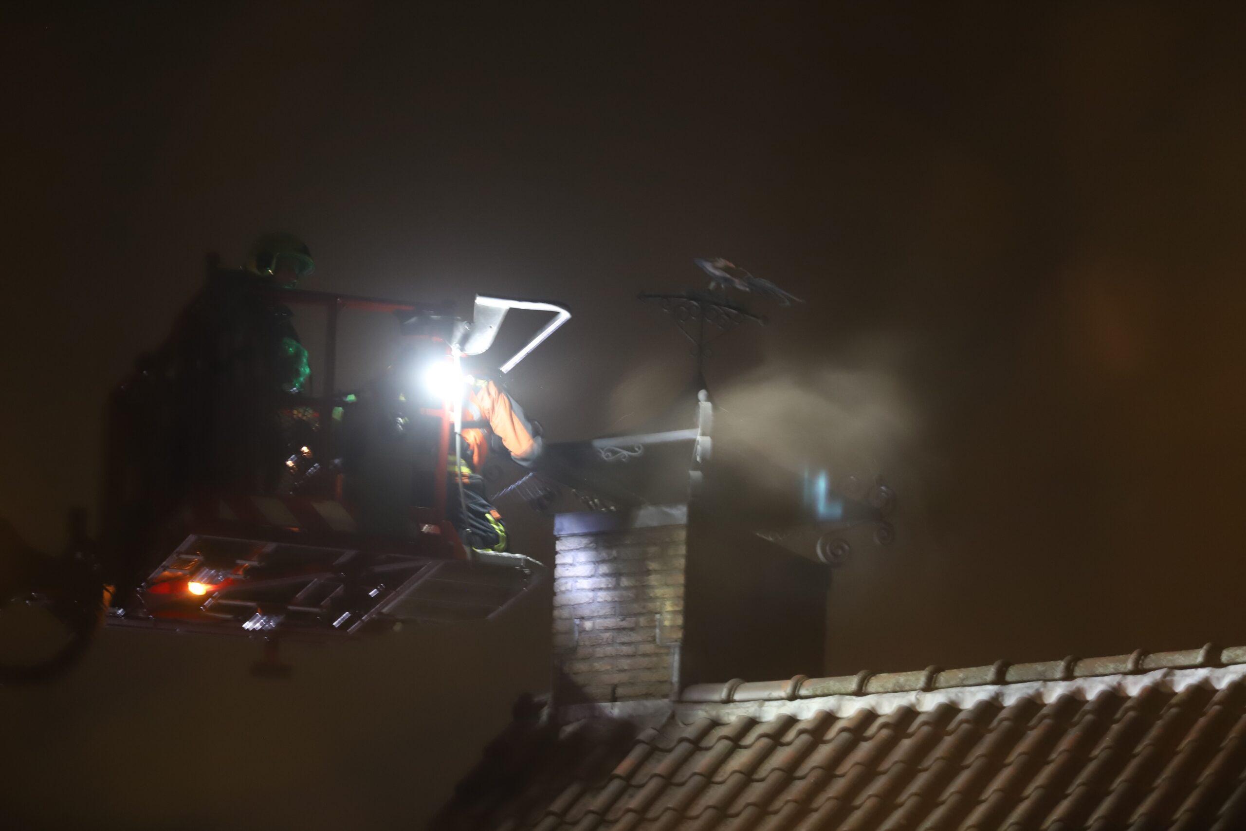 Brandweer blust schoorsteenbrand IJsseldijk-West Ouderkerk aan den IJssel