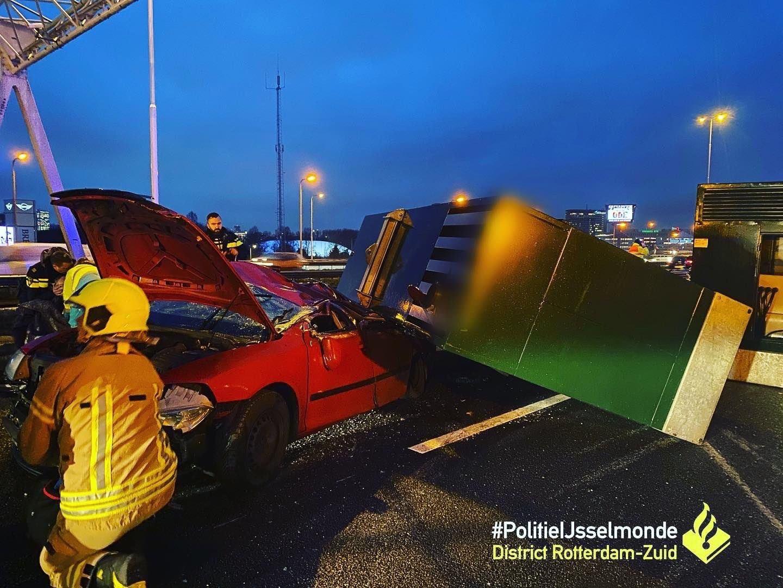 Aggregaat valt van vrachtwagen bovenop auto A16 Rotterdam
