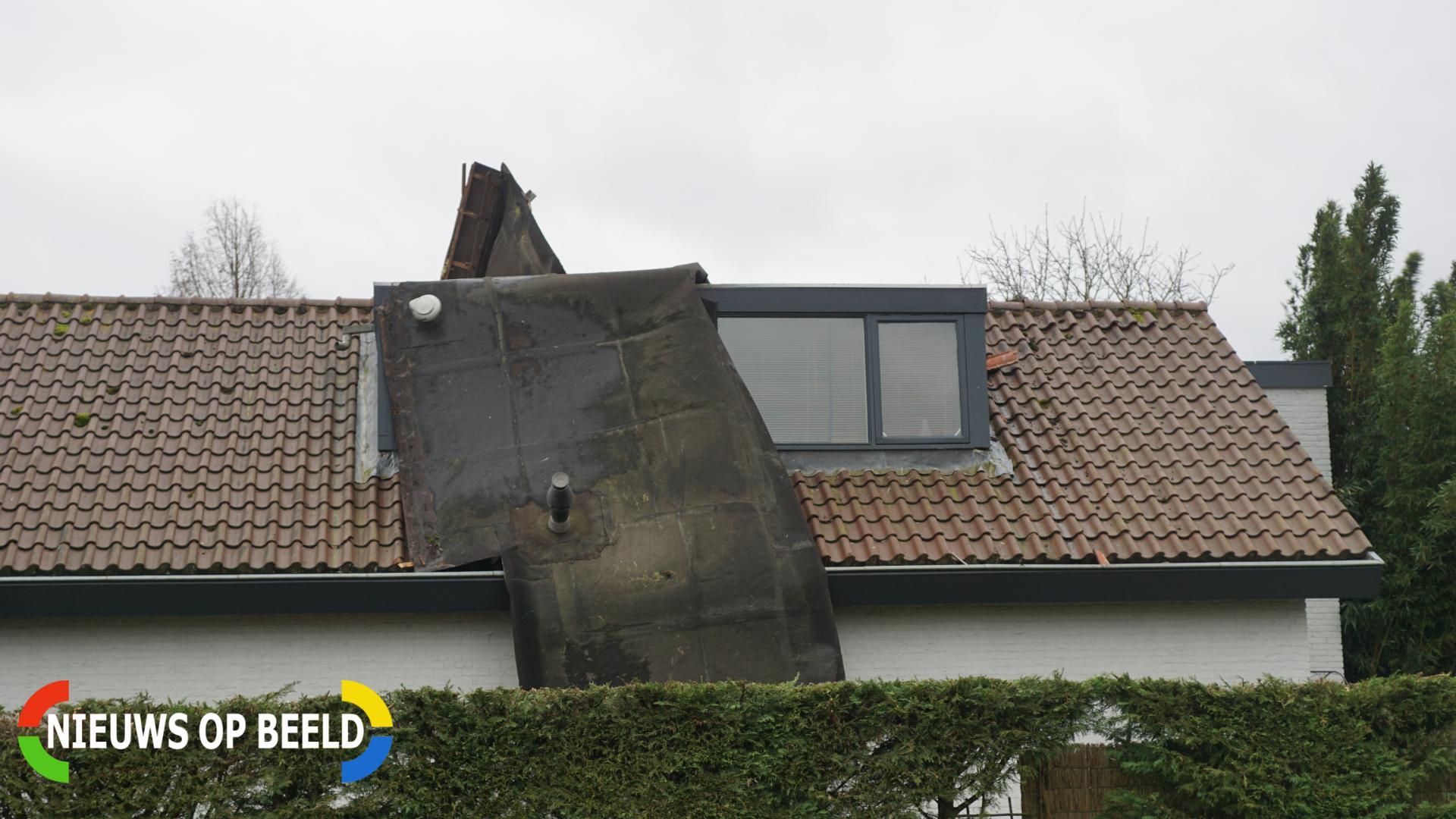 Dak waait van woning en belandt op ander dak De Steupel Reeuwijk