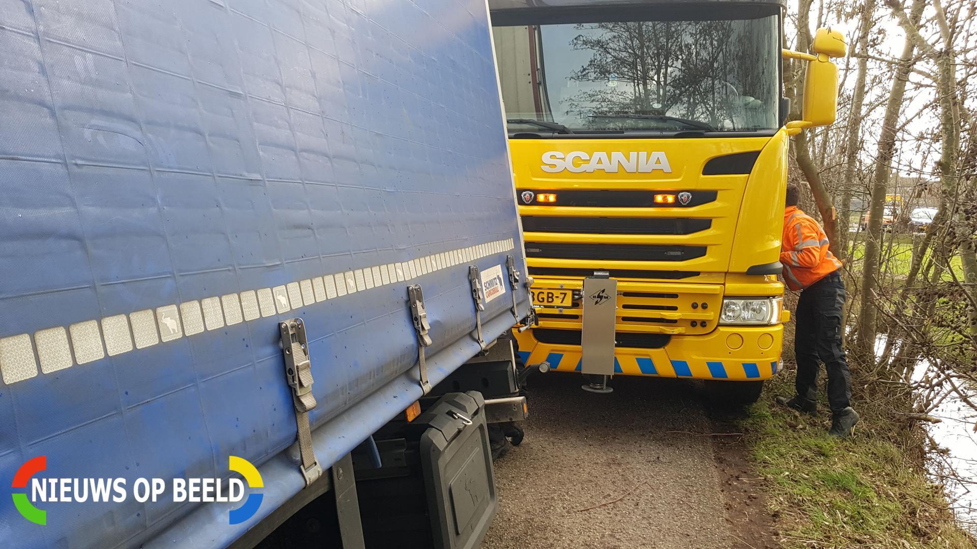 Vrachtwagen weggezakt in berm Willenskade Reeuwijk