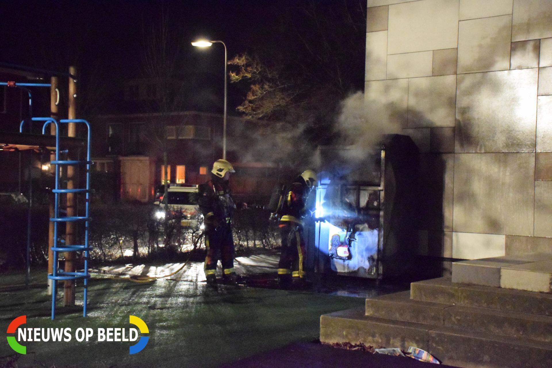 Kleding container vat vlam tegen schoolgebouw Bloemengaarde Bergambacht