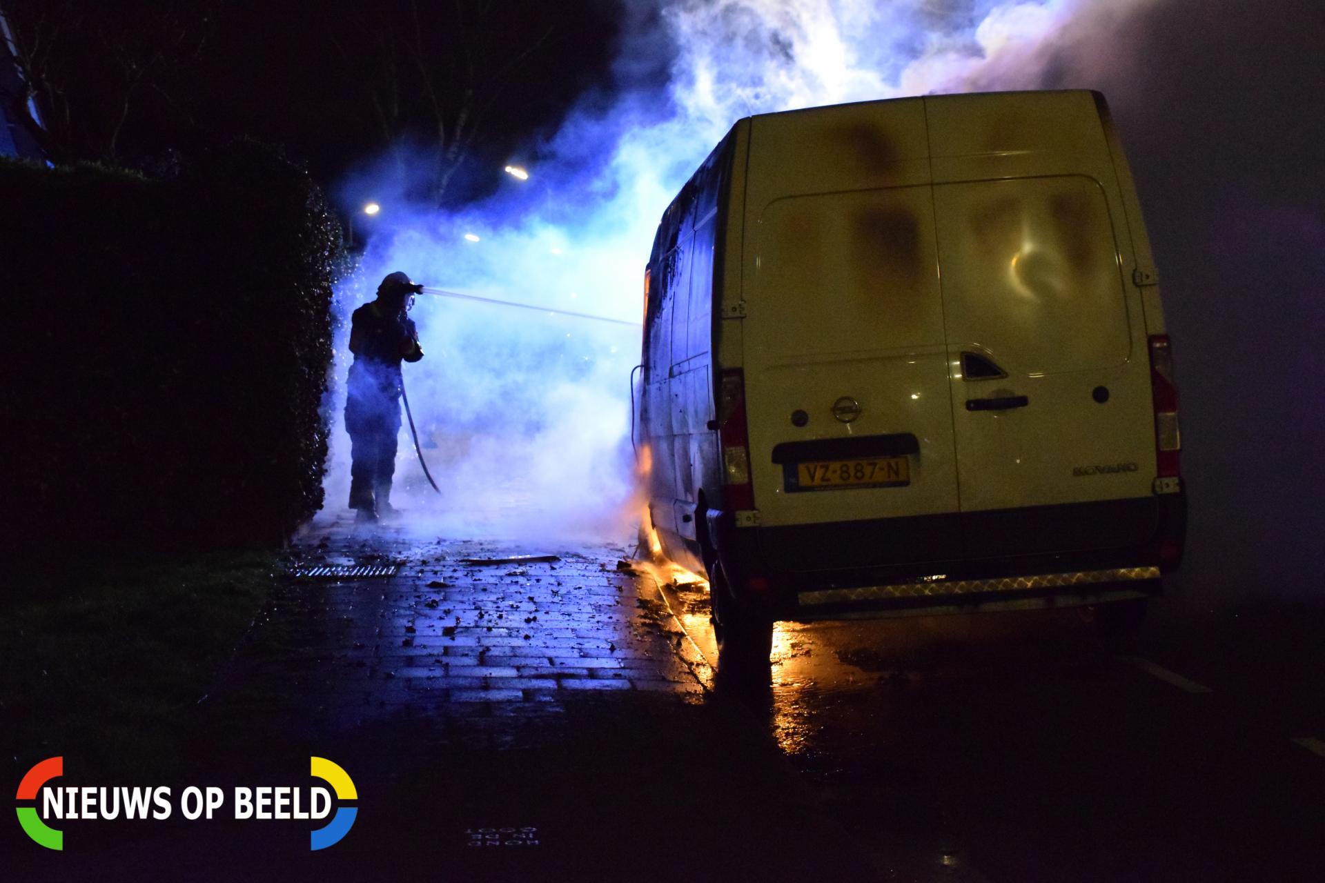 Bestelbus gaat in vlammen op Zuringveld Waddinxveen