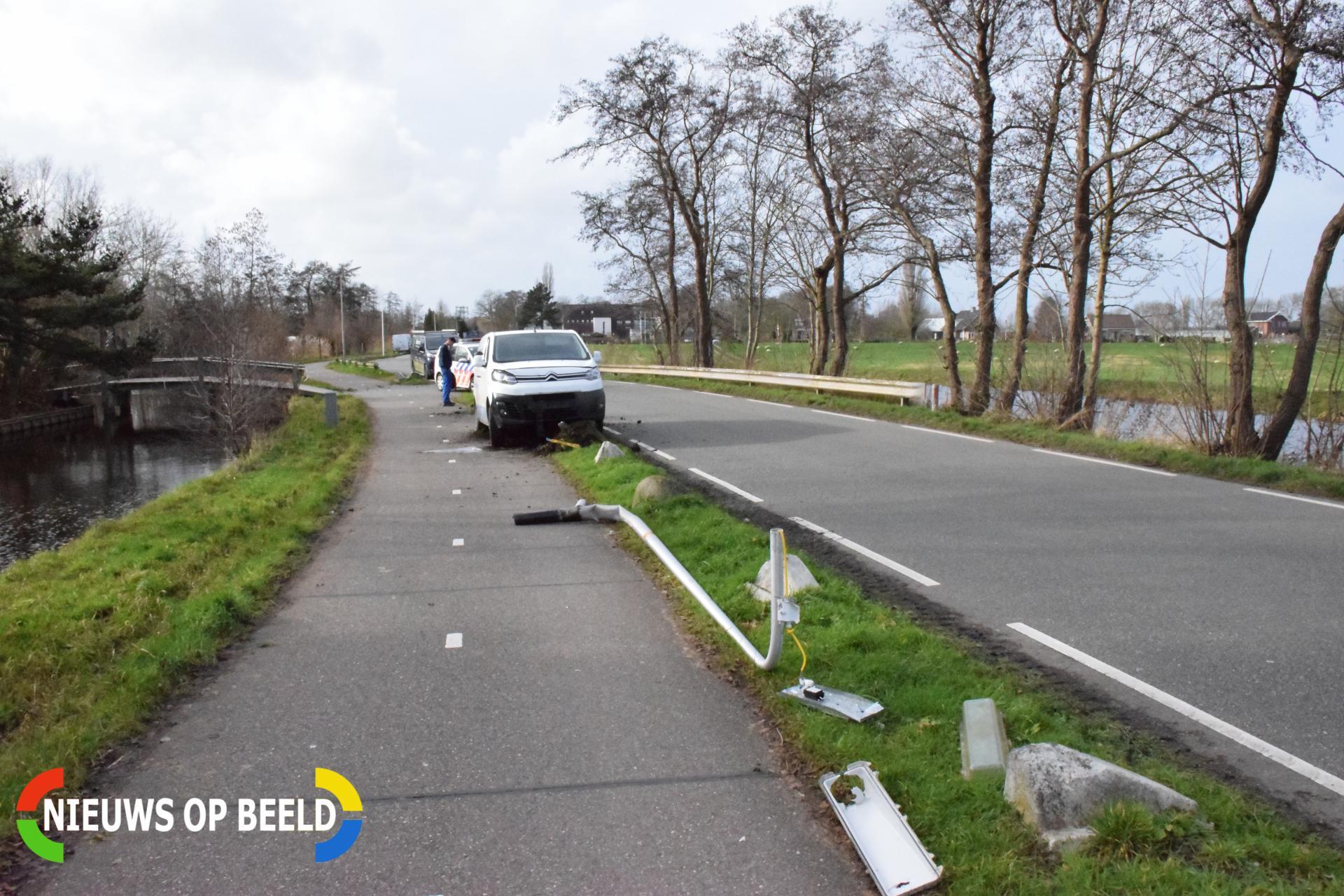 Bestelbus botst op lantaarnpaal komt tot stilstand op biggenruggen Zwarteweg Waddinxveen