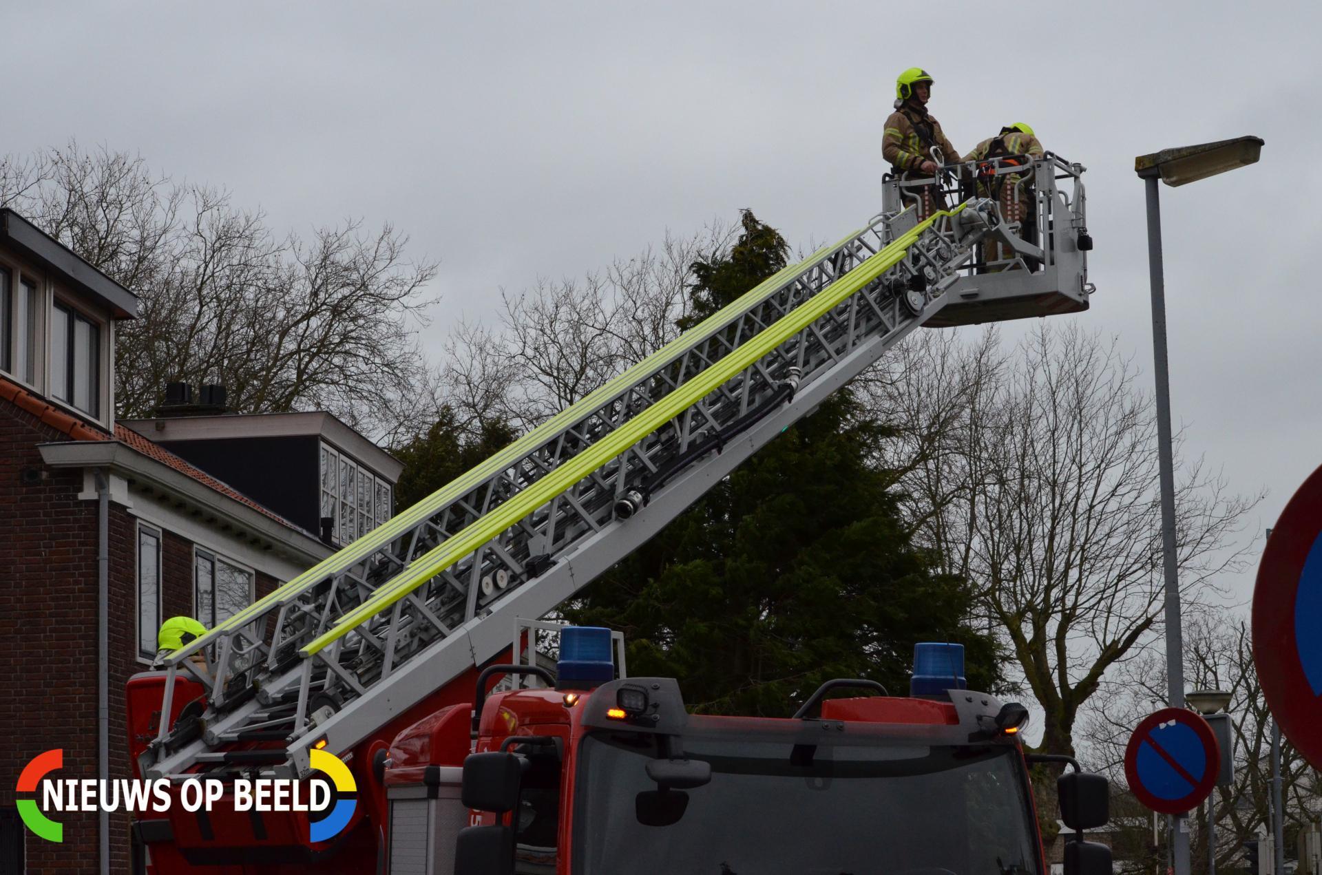Brandweer zet dakrand weer vast Burgemeester Le Fèvre de Montignylaan Rotterdam