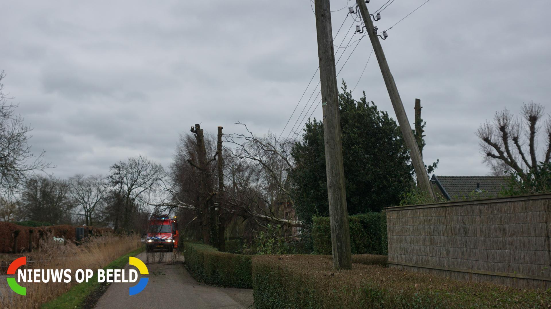 Kabels in mast beschadigd door omgevallen boom Ree Reeuwijk