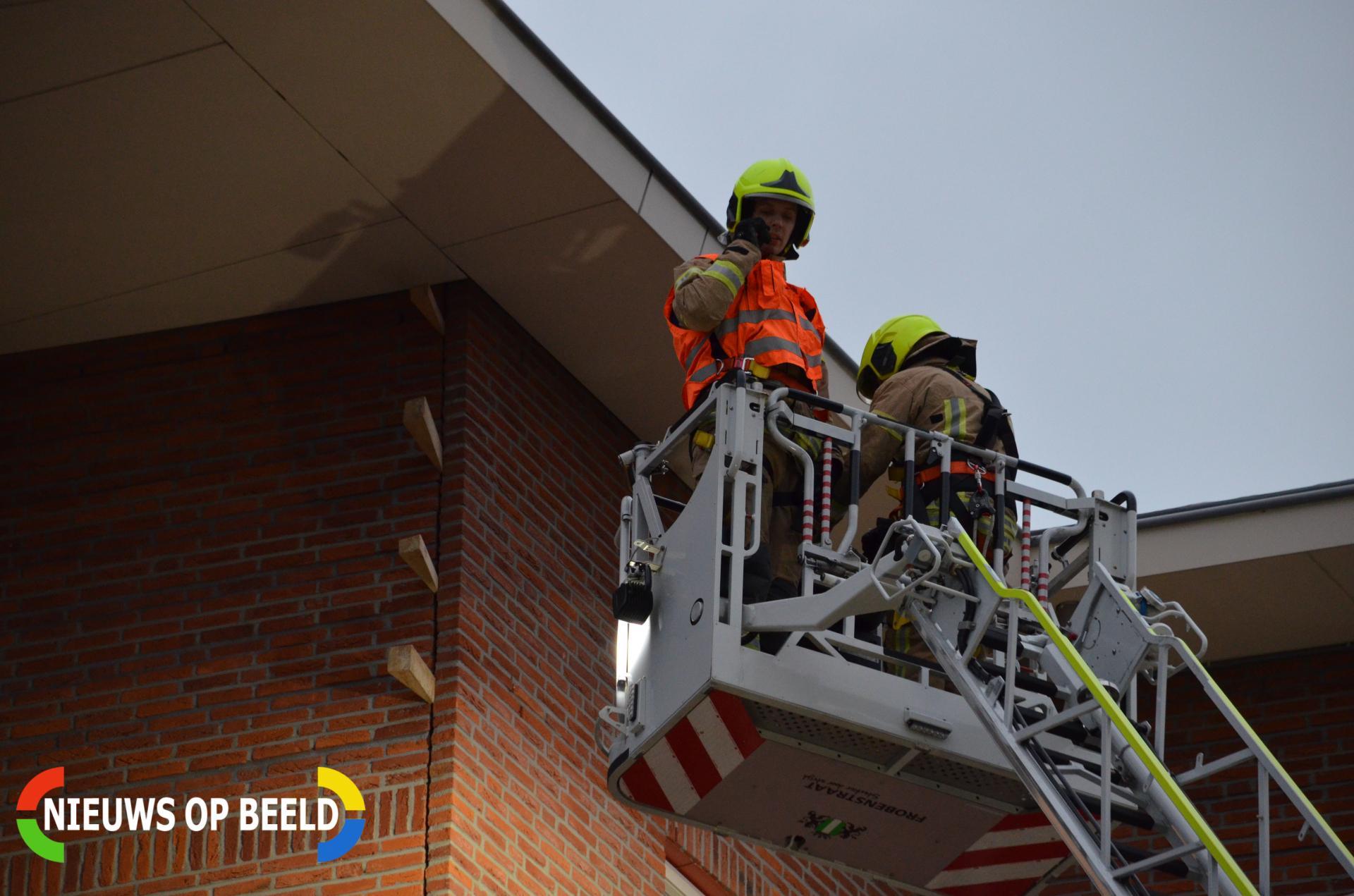 Brandweer stut muur die om dreigt te vallen Linie Berkel en Rodenrijs