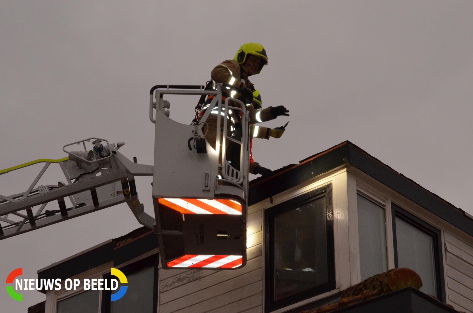 Brandweer maakt losgelaten dak vast Plataanweg Rotterdam