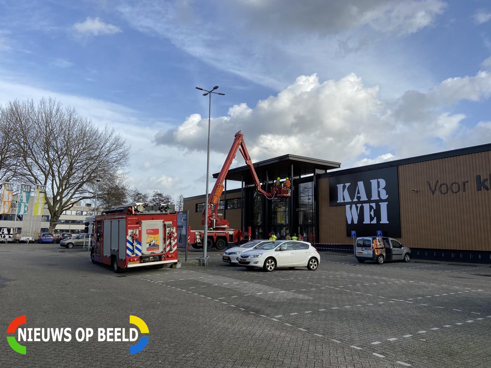 Brandweer controleert dakbedekking van bouwmarkt Lylantse Baan Capelle aan den IJssel