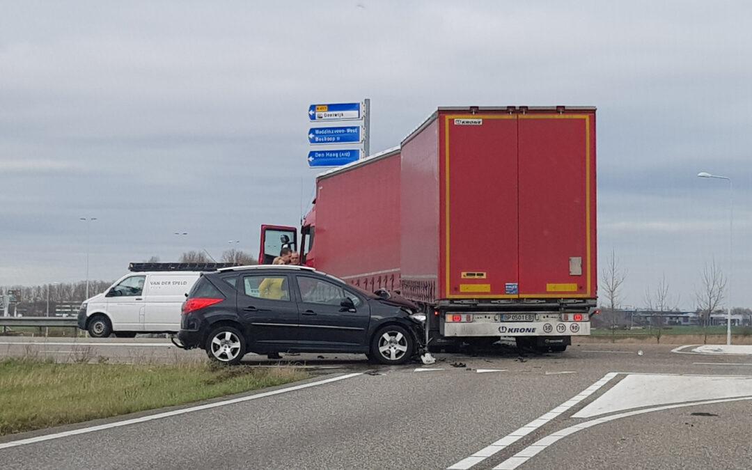 Auto knalt op vrachtwagen trailer N457 Moordrecht