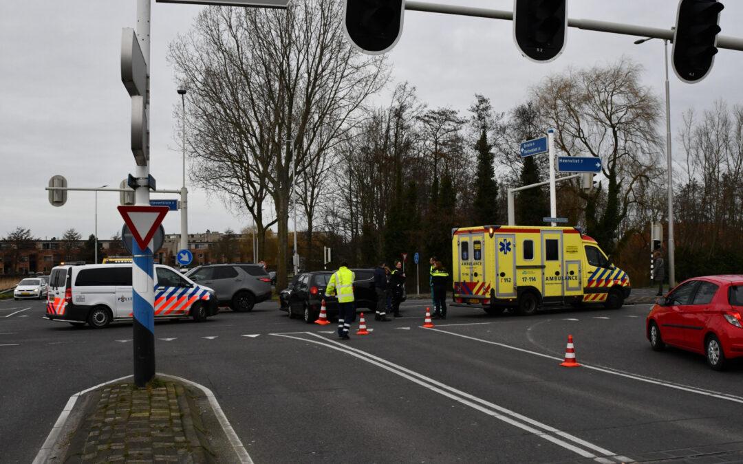 Twee auto's botsen op kruising Nijverheidsweg Hellevoetsluis