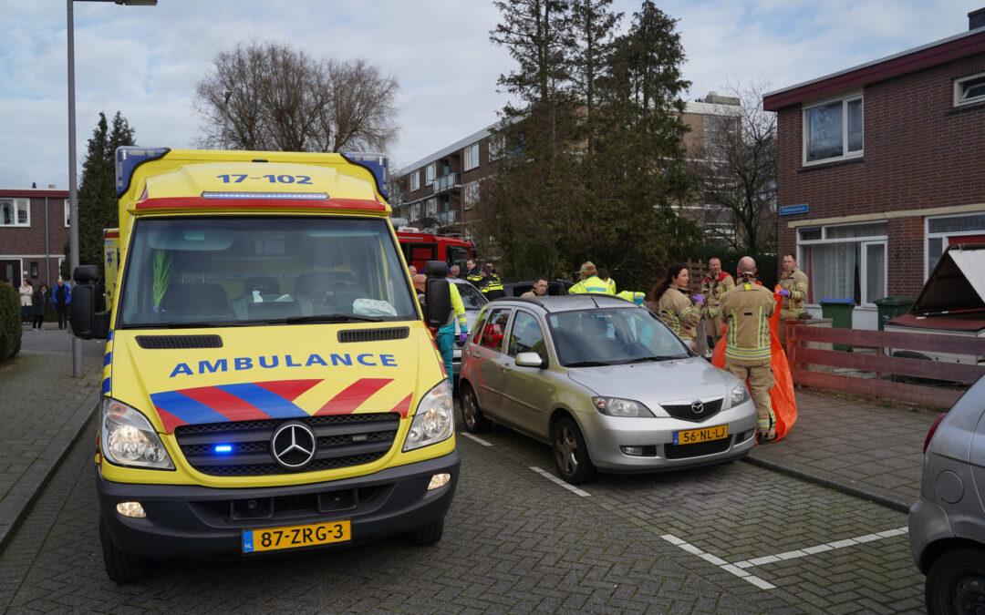 Onwel geworden man rijdt met auto voortuin in Frambozentuin Rotterdam