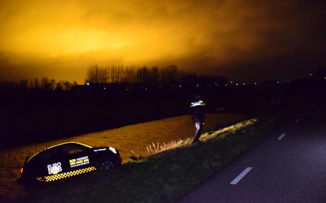 Auto belandt in sloot na botsing met hek Van Oudheusdenweg Zevenhuizen