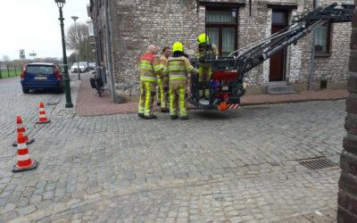 Losliggende dakpannen door brandweer verwijderd Spriemenstraat Eijsden