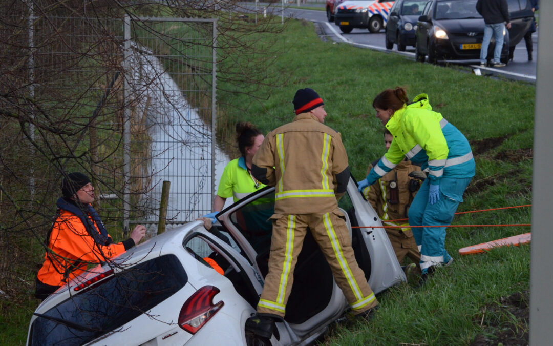 Auto raakt te water na aanrijding Oostweg – N470 Zoetermeer