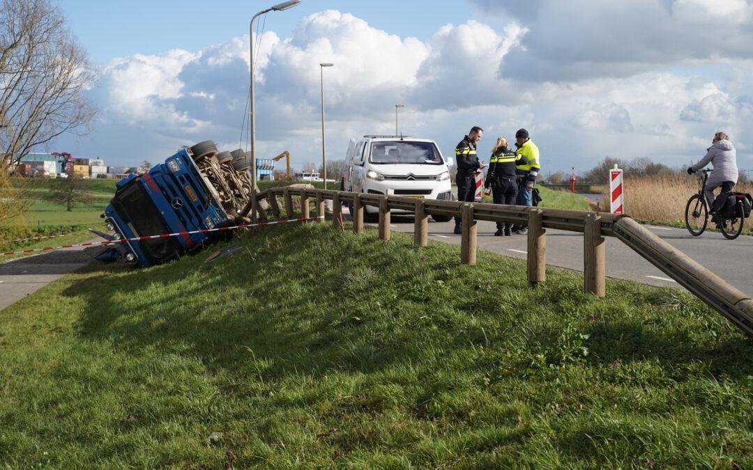Vrachtwagen met zand van dijk gekanteld Kortenoord Nieuwerkerk aan den IJssel