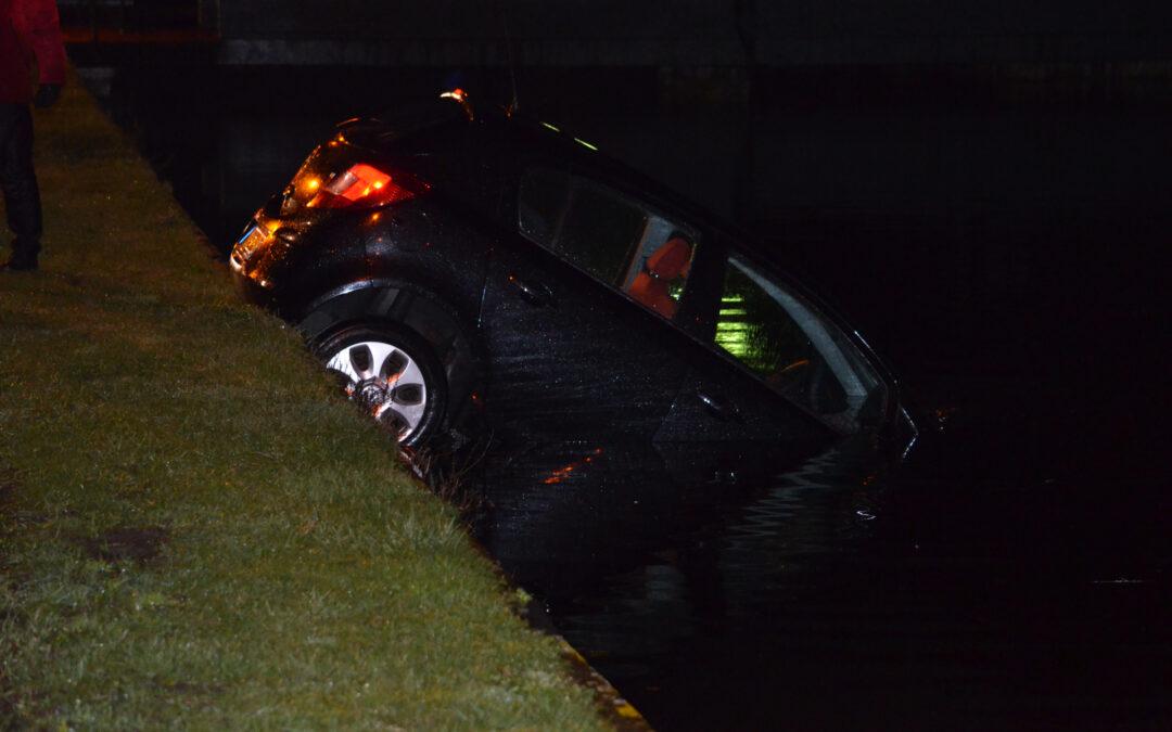 Personenauto belandt in het water Grindweg Rotterdam