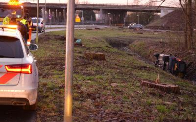 Bestelbus raakt van de weg belandt in sloot Landscheiding Rotterdam
