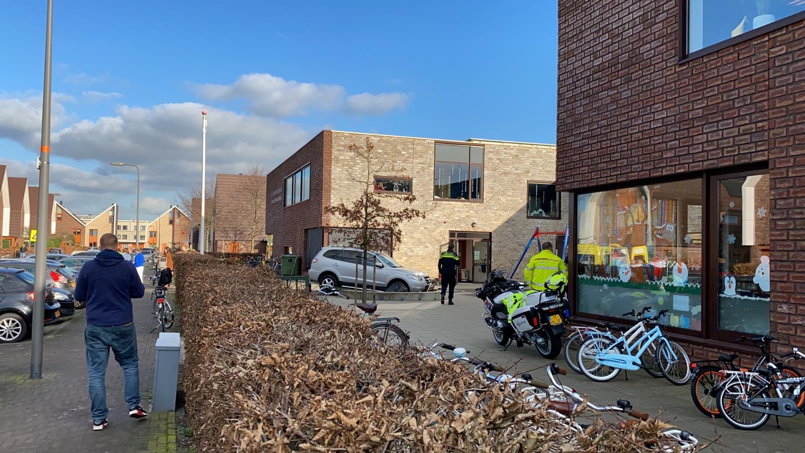 Kind zwaargewond nadat auto in zandbak op schoolplein rijdt Donge Nieuwerkerk aan den IJssel