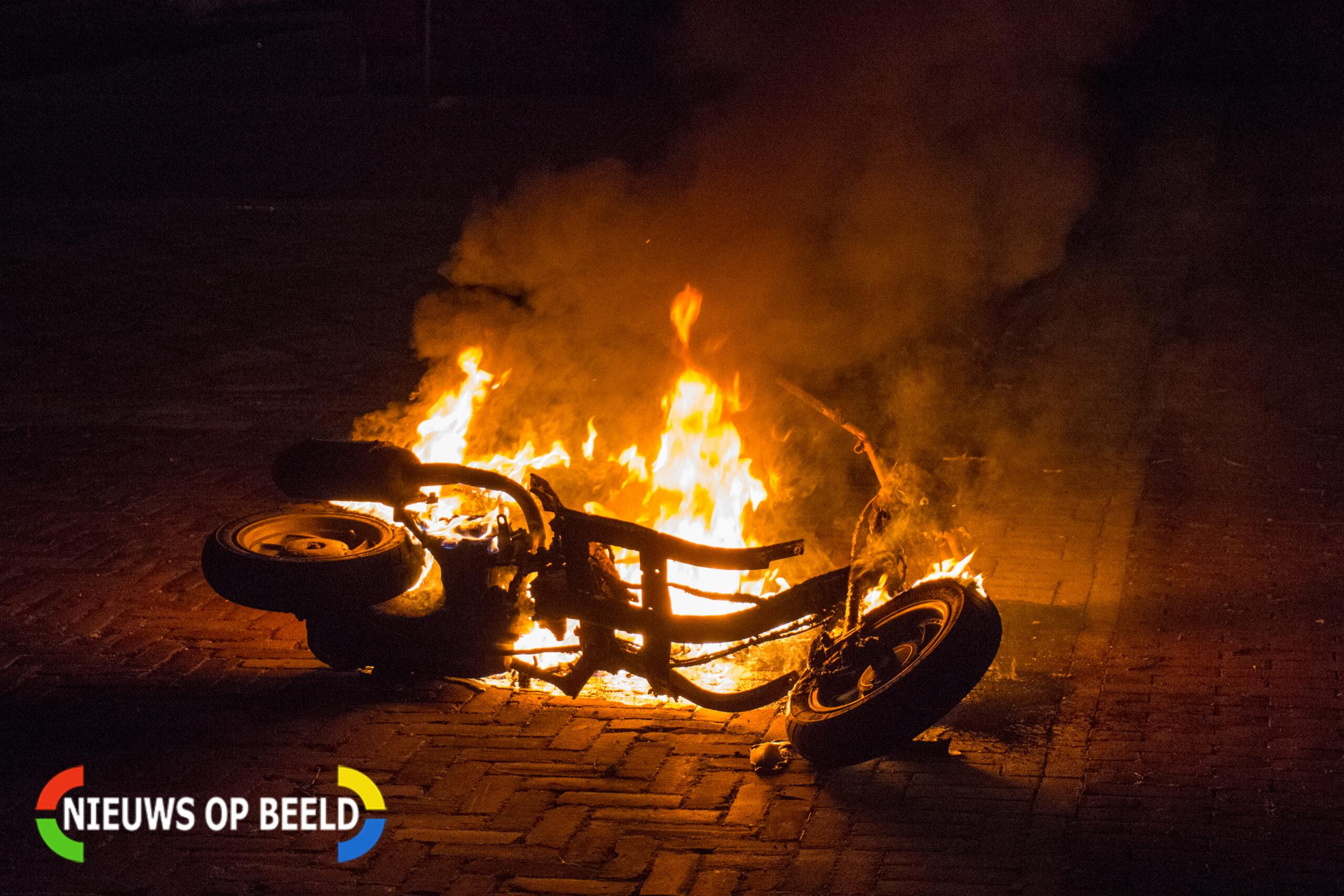 Scooter brandt volledig uit op President Kennedyplein in Leidschendam