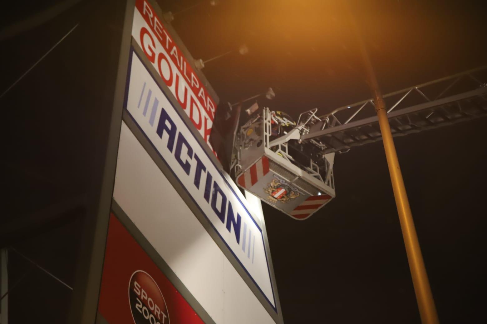 Brandweer haalt reclamebord naar beneden Goudkade Gouda