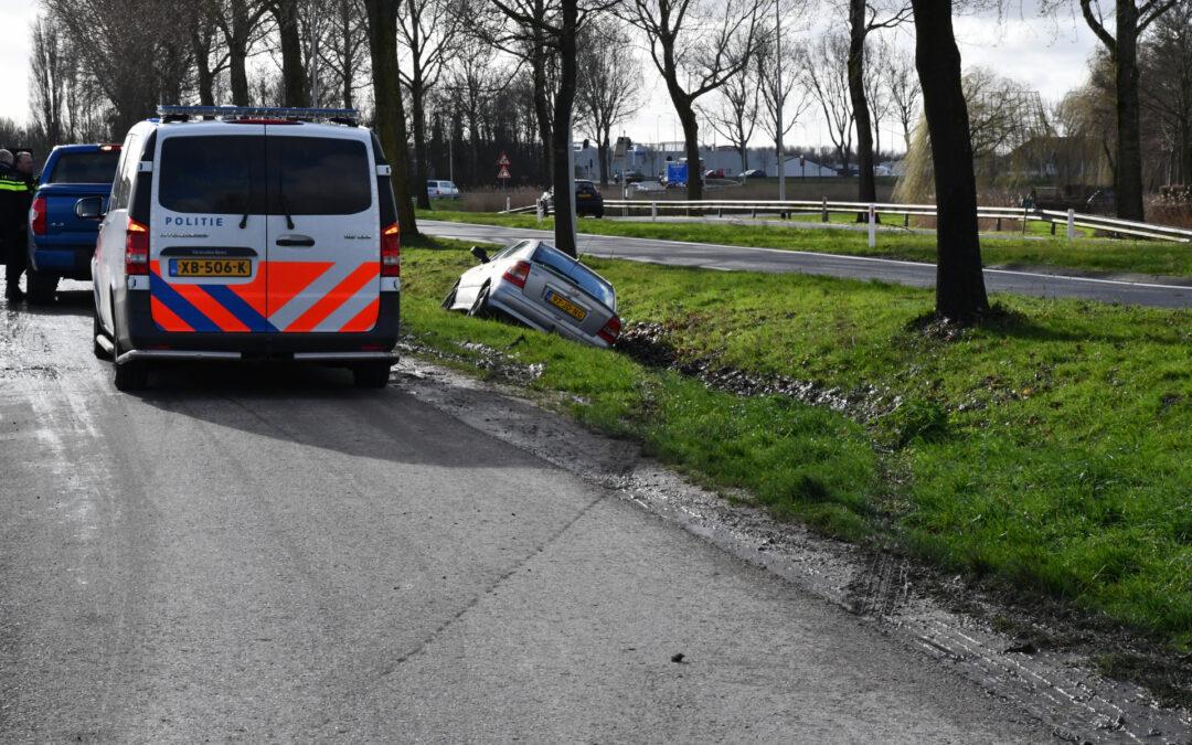 Auto raakt van de weg en belandt in greppel Nieuweweg Hellevoetsluis