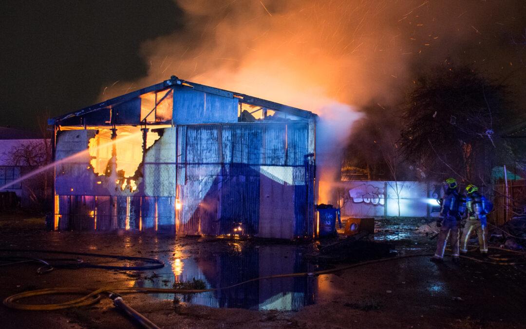 Aanhouding bij grote brand in leegstaande loods in Den Haag (video)