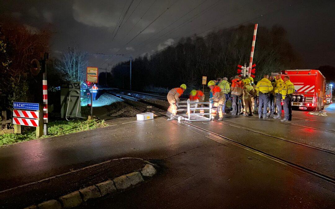 Dode bij ongeval tussen trein en auto bij spoorwegovergang; Treinverkeer tussen Delft en Schiedam gestremd (video)