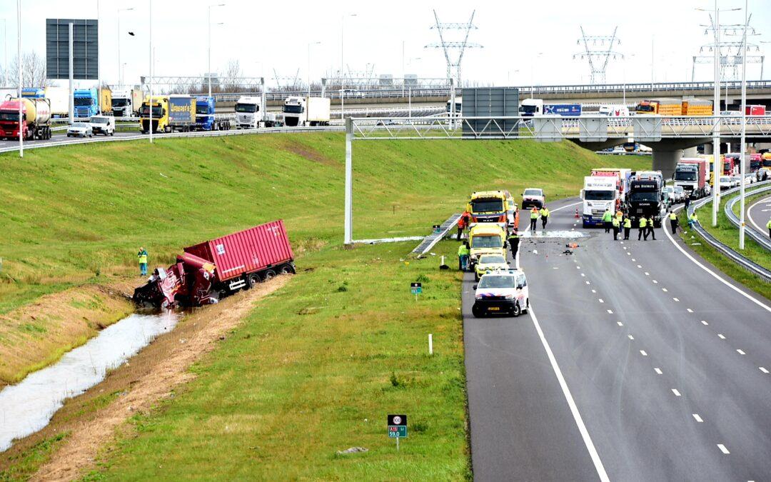 Snelweg afgesloten na ongeval met twee vrachtwagens Rijksweg A15 Barendrecht