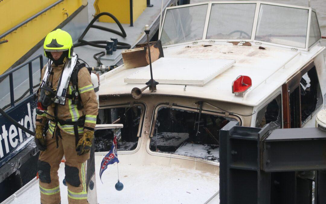 Brand op plezierjacht in haven De Kraanvogel Nieuw Hongerlandsedijk Spijkenisse