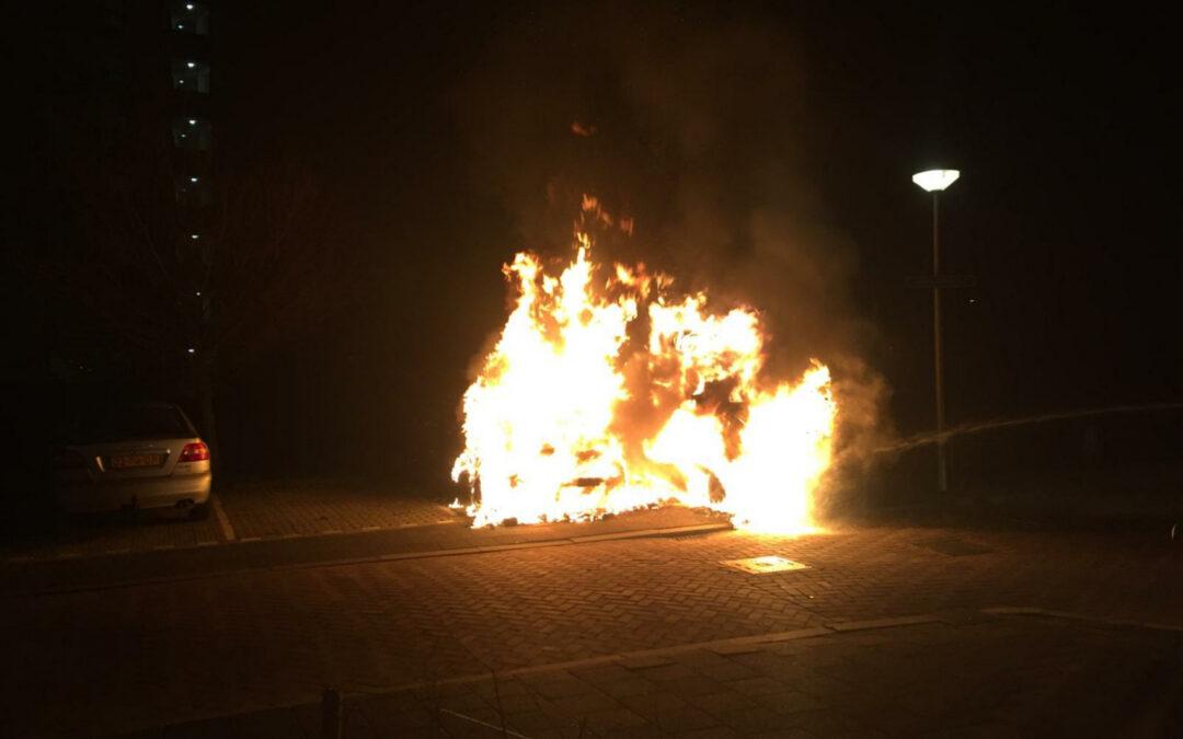 Bestelbus en personenauto gaan in vlammen op Leeuwerikstraat Gouda